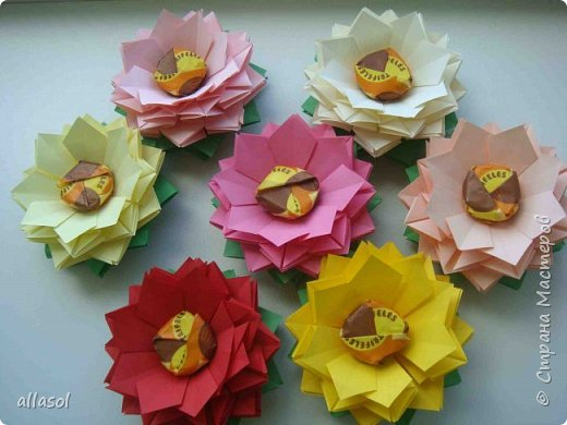 Эксперимент с цветочками - добавила конфетку. Понравилось! МК по цветочкам https://stranamasterov.ru/node/95830 Первый ряд делала из зеленой бумаги. фото 2