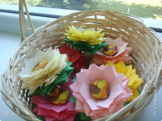 Эксперимент с цветочками - добавила конфетку. Понравилось! МК по цветочкам https://stranamasterov.ru/node/95830 Первый ряд делала из зеленой бумаги.
