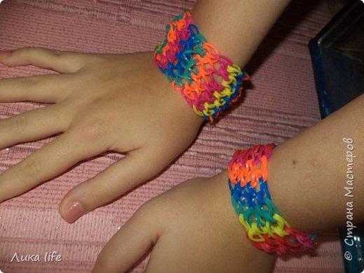 здравствуйте жители страны мастеров. сейчас стало модно плести из цветных резиночек. Вот и моя доча тоже занялась этим увлекательным делом. Вот ее работы