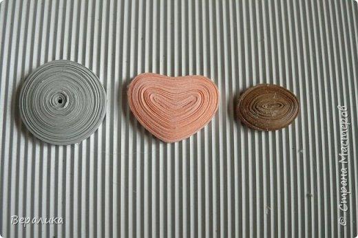 Хочу показать вам как я делала серую обезьянку. Ее размер: 10см, а с хвостиком-бантиком -11см. Нам понадобятся самые простые и доступные материалы: -Обычная офисная бумага (розовая, серая и коричневая) из которой можно нарезать полоски разной ширины и стандартной длины 29,5см; -гофробумага любого цвета ( желательно в тон обезьянки: у меня не было серой, взяла коричневую); -флористическая проволока ( у меня №9); -ножнички для нарезки бахромы; -клей ПВА и Момент прозрачный ( если кто любит собирать на клеевой пистолет, то приготовьте его вместо клея Момент); фото 2