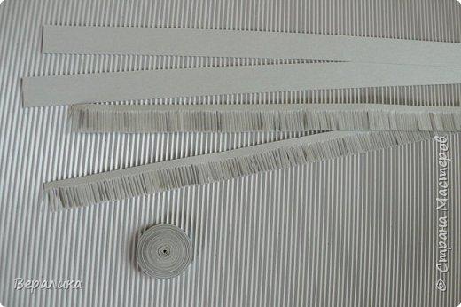 Хочу показать вам как я делала серую обезьянку. Ее размер: 10см, а с хвостиком-бантиком -11см. Нам понадобятся самые простые и доступные материалы: -Обычная офисная бумага (розовая, серая и коричневая) из которой можно нарезать полоски разной ширины и стандартной длины 29,5см; -гофробумага любого цвета ( желательно в тон обезьянки: у меня не было серой, взяла коричневую); -флористическая проволока ( у меня №9); -ножнички для нарезки бахромы; -клей ПВА и Момент прозрачный ( если кто любит собирать на клеевой пистолет, то приготовьте его вместо клея Момент); фото 4