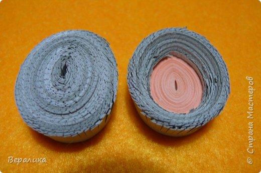 Хочу показать вам как я делала серую обезьянку. Ее размер: 10см, а с хвостиком-бантиком -11см. Нам понадобятся самые простые и доступные материалы: -Обычная офисная бумага (розовая, серая и коричневая) из которой можно нарезать полоски разной ширины и стандартной длины 29,5см; -гофробумага любого цвета ( желательно в тон обезьянки: у меня не было серой, взяла коричневую); -флористическая проволока ( у меня №9); -ножнички для нарезки бахромы; -клей ПВА и Момент прозрачный ( если кто любит собирать на клеевой пистолет, то приготовьте его вместо клея Момент); фото 14