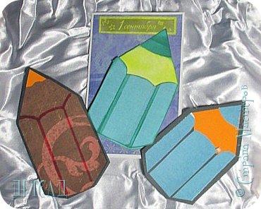 Начало учебного года богато на праздники: День Знаний, День Учителя. Нужно подготовить подарки. А самый лучший подарок это тот, кото-рый сделан своими руками! Я предлагаю вам изготовить открытку!! Для  работы необходимо подготовить картон, цветную бумагу, пиг-ментные штемпельные подушечки, вспененный скотч, клеящий каран-даш. Итак, приступим к работе...