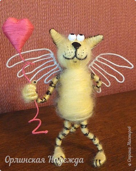 Здравствуйте дорогие мастера и мастерицы!  Сегодня я сделала шуточного кота-ангела из пробки, проволоки и пряжи. Идею вязанного кота увидела  у МАСТЕРА Елены, ник ЯМИ. Не знаю увидит ли она когда нибудь мою работу, но всё равно хочу поблагодарить её от всей души за идею. фото 2