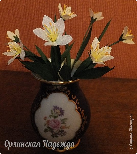 Добрый день любимая Страна! Сегодня я к Вам с повторюшками цветочков. Цветы увидела у замечательной мастерицы Татьяны ( Сапфир )  https://stranamasterov.ru/node/452732, очень понравились, попробовала тоже сделать, но у меня нет кристальной бумаги, поэтому я сделала из простой гофрированной. Татьяна, огромное Вам спасибо за Ваше творчество.  Уезжала надолго в гости к внукам, а когда вернулась, всё никак не могла настроится на творческую волну и решила пока попробовать свои силы вот в таких маленьких пробных цветочках.   Цветы нам дарят настроенье, И пробуждают вдохновенье, Как символ чистой красоты, Ведь очень трудно без мечты!  И остаётся прочно с нами, Всё то, что связано с цветами, В них растворились краски звёзд, И мир любви без мук и слёз!   Стихи Марка Львовского фото 1