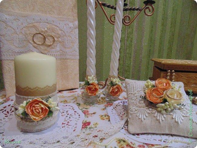 Всем привет!Свадьба-самый волнительный и важный день в жизни влюбленных).Каждая невеста,продумывает все до мелочей:наряд,пригласительные,семейный очаг,подушечка для колец...Я тоже переживала в период изготовления аксессуаров...Очень хотелось,чтобы все получилось и пришлось по вкусу невесте).Вот такой получился комплект! фото 3