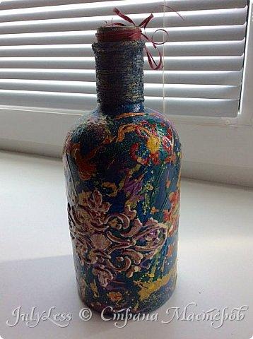 Добрый день СМ! Хочу вам показать, что я сотворила на днях с бутылкой очень милой формы) решила я из нее сделать вазу- бутылку. Техника выдувания краски на предмет и трафарет. В итоге получилась такая вот абстракци из разных цветов.  фото 1