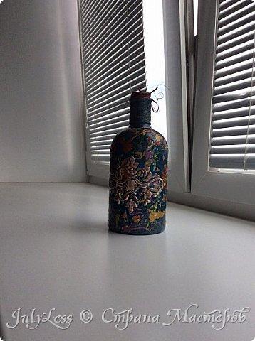 Добрый день СМ! Хочу вам показать, что я сотворила на днях с бутылкой очень милой формы) решила я из нее сделать вазу- бутылку. Техника выдувания краски на предмет и трафарет. В итоге получилась такая вот абстракци из разных цветов.  фото 3