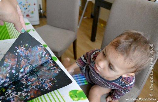Доброго времени суток,дорогие родители! Меня зовут Оля. Я-мама маленькой непоседы Алины.На данный момент нам 2,6.Почти с самого рождения Алины я старалась и стараюсь делать упор на развитие творческих способностей и считаю ,что творчески развитый человек будет успешен во всем без исключения.Творчество в нашей жизни занимает особое место. Пока Алина маленькая, я стараюсь ориентироваться на нетрадиционные техники рисования.Они самые интересные и самые доступные: ими может овладеть даже самый маленький ребенок.Какую-то часть работы я ,пока ,конечно,делаю сама(в силу нашего возраста) ,но с каждым днем участие Алины в наших творческих экспериментах становится все все больше и больше.Это меня радует и вдохновляет. Я приглашаю вас присоединится к нашей веселой творческой компании и вы примите нас в свои ряды=).Творческих уроков у нас много,буду по-маленьку их выкладывать ,с вашего разрешения ;-) На днях мы с Алиной попробовали новый вид творчества -РИСОВАНИЕ РАСПЛАВЛЕННЫМ ВОСКОМ.В творческих кругах это называют Энкаустикой, что в переводе с древне-греческого означает «искусство выжигания» . Техника исполнения энкаустики состоит в нанесении на горячую поверхность утюга восковых мелков разных цветов, которые затем переносятся на картон или бумагу гладящими и прикладывающими движениями. В интернете много информации об этой технике,видео-уроков и рекомендаций,поэтому любой желающий может запросто овладеть искусством энкаустики. Учитывая возраст Алины (2,6) ,я маленько изменила технологию ,но главным инструментам конечно по прежнему остался утюг . Вообще,восковые и масляные мелки у Алины вызывают дикий восторг. Кроме того,что мелки-карандаши всегда находятся у нас в постоянном доступе ,так еще и их количество постоянно растет.Я могу смело сказать про себя,что я - канцелярский маньяк. При любом удобном случае ,я всегда покупаю карандаши,краски,бумагу итд. Без этого всего я не представляю нашей с Алиной жизни .Мы тестируем мелки разных фирм и выбираем из них только самые хорошие: