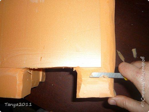 Добрый день! Я опять с пеноплексом. Сегодня - форма слон-подставка. Прошу прощения за фотографии - делала ночью. Сначала будем вырезать форму слона. Нам понадобится пеноплекс толщиной 5 см, 4 см, 2 см. Я использовала остатки 4 и 2 см листов. Вырезаем ножом для бумаги (желательно запастись  запасными лезвиями), затираем наждачкой (у меня н-5). Высота моего слона - 35 см. фото 7