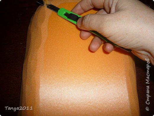 Добрый день! Я опять с пеноплексом. Сегодня - форма слон-подставка. Прошу прощения за фотографии - делала ночью. Сначала будем вырезать форму слона. Нам понадобится пеноплекс толщиной 5 см, 4 см, 2 см. Я использовала остатки 4 и 2 см листов. Вырезаем ножом для бумаги (желательно запастись  запасными лезвиями), затираем наждачкой (у меня н-5). Высота моего слона - 35 см. фото 18