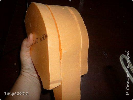 Добрый день! Я опять с пеноплексом. Сегодня - форма слон-подставка. Прошу прощения за фотографии - делала ночью. Сначала будем вырезать форму слона. Нам понадобится пеноплекс толщиной 5 см, 4 см, 2 см. Я использовала остатки 4 и 2 см листов. Вырезаем ножом для бумаги (желательно запастись  запасными лезвиями), затираем наждачкой (у меня н-5). Высота моего слона - 35 см. фото 22