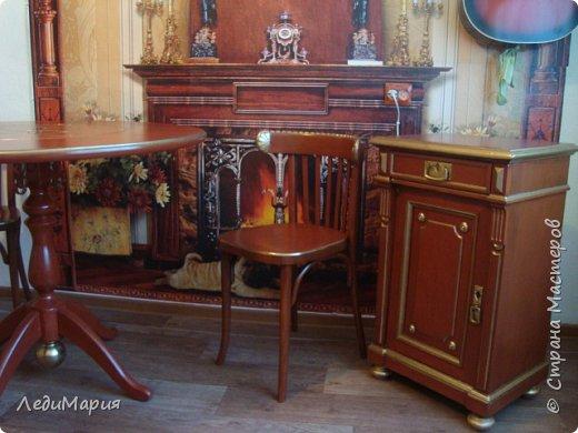 Наличие в квартире старой мебели и новой плохо сочетается в интерьере. Потому мужу это надоело и он отреставрировал старые венские стулья и тумбочку. Плюс задекорировал новый круглый стол. Ну и для завершения образа -фотообои с камином.