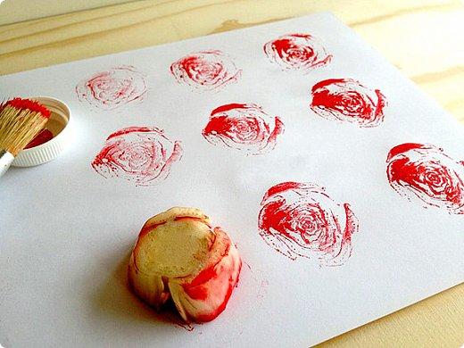 """Еще одна интересная нетрадиционная техника рисования,которая мне очень понравилась.  Понравилась ,во-первых,потому ,что штампами может быть все ,что угодно и это """"все что угодно"""" есть в каждом доме. Во-вторых,это увлекательно и здесь нельзя ошибиться ,сделать что-то не так. Все """"неправильное"""" может сию минуту стать правильным.  """"Рисуя этим способом, дети не боятся ошибиться, так как все легко можно исправить, а из ошибки легко можно придумать что-то новое, и ребенок обретает уверенность в себе, преодолевает «боязнь чистого листа бумаги» и начинает чувствовать себя маленьким художником.  У него появляется ИНТЕРЕС, а вместе с тем и ЖЕЛАНИЕ рисовать. Рисование штампами способствует развитию у ребёнка :• Мелкой моторики рук и тактильного восприятия; • Пространственной ориентировки на листе бумаги, глазомера и зрительного восприятия; • Внимания и усидчивости; • Изобразительных навыков и умений, наблюдательности, эстетического восприятия, эмоциональной отзывчивости; • Кроме того, в процессе этой деятельности у дошкольника формируются навыки контроля и самоконтроля.  Рисовать штампами можно как угодно, где угодно и на чем угодно.  Ими можно украшать открытки, обложки для книг и альбомов, стены детской комнаты, а также подарки и упаковочную бумагу.  Отложим привычные кисти в сторону и начнем рисовать овощами!   На момент нашего первого  занятия  Алине было 1,7 .  Для этого творческого занятия нам понадобятся:  -любые овощи, -гуашь(либо акриловая краска ), -чистые листы  - и фантазия. фото 7"""
