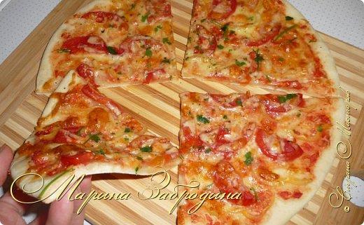 Всем привет! Я не люблю быстрые рецепты, потому что это большой компромисс с качеством и вкусом, но есть исключения. Сегодня Вашему вниманию предлагаю рецепт быстрой пиццы. Всего через 30 минут на столе будет вот такая красивая, тонкая, мягкая и очень-очень вкусная.