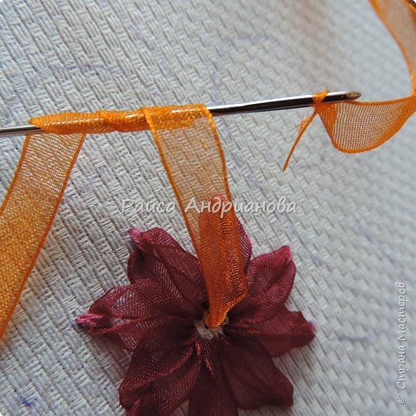Для работы понадобится: ткань, тесьма, лента атласная или органза 0,6см(для цветка) и лента атласная о,3см зеленого цвета (лдя листиков), мулине. фото 7