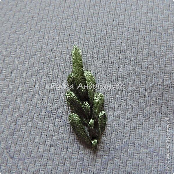 Для работы понадобится: ткань, тесьма, лента атласная или органза 0,6см(для цветка) и лента атласная о,3см зеленого цвета (лдя листиков), мулине. фото 12