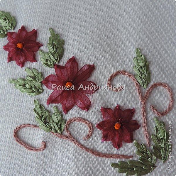 Для работы понадобится: ткань, тесьма, лента атласная или органза 0,6см(для цветка) и лента атласная о,3см зеленого цвета (лдя листиков), мулине. фото 13