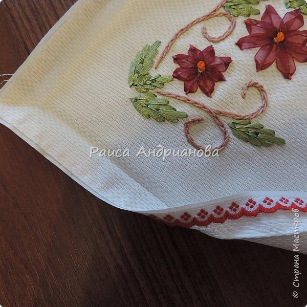 Для работы понадобится: ткань, тесьма, лента атласная или органза 0,6см(для цветка) и лента атласная о,3см зеленого цвета (лдя листиков), мулине. фото 14