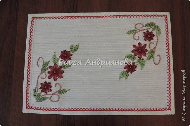 Для работы понадобится: ткань, тесьма, лента атласная или органза 0,6см(для цветка) и лента атласная о,3см зеленого цвета (лдя листиков), мулине. фото 19