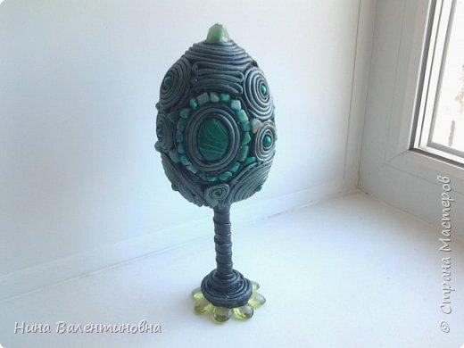 Пасхальное яйцо номер 11.Думаю пока коллекция на этом яйце закончится.Пойдут повторы для подарков.Для работы использованы бусины под малахит, крошка камня, и на верхушке камень монгольский флюарит.Кожа чёрного цвета тонирована краской  тёмно зелёного цвета фото 1