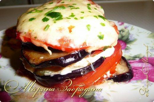 Всем привет! Сегодня приготовлю печеные баклажаны с сыром и помидорами. Быстро можно сделать вот такое красивое и  очень вкусное блюдо. Данным рецептом со мной поделился кто-то с работы, уже и не вспомню.