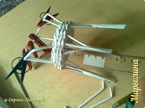 Кукольная жизнь Мастер-класс Поделка изделие Плетение Кукольная плетеная мебель выпуск первый Бумага Трубочки бумажные фото 21