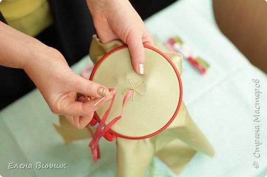 Вышивка лентами - это вид рукоделия, способ вышивания рисунка с помощью иглы и атласных лент. Этот вид рукоделия очень популярен. Я предлагаю Вам научиться вышивать розу лентами. фото 7