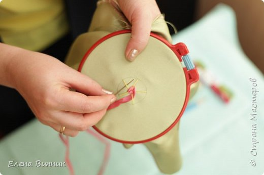 Вышивка лентами - это вид рукоделия, способ вышивания рисунка с помощью иглы и атласных лент. Этот вид рукоделия очень популярен. Я предлагаю Вам научиться вышивать розу лентами. фото 8