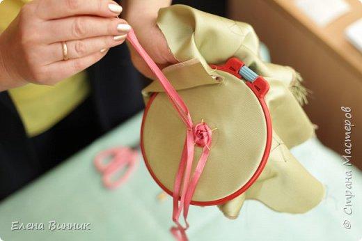 Вышивка лентами - это вид рукоделия, способ вышивания рисунка с помощью иглы и атласных лент. Этот вид рукоделия очень популярен. Я предлагаю Вам научиться вышивать розу лентами. фото 9