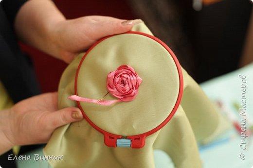 Вышивка лентами - это вид рукоделия, способ вышивания рисунка с помощью иглы и атласных лент. Этот вид рукоделия очень популярен. Я предлагаю Вам научиться вышивать розу лентами. фото 10