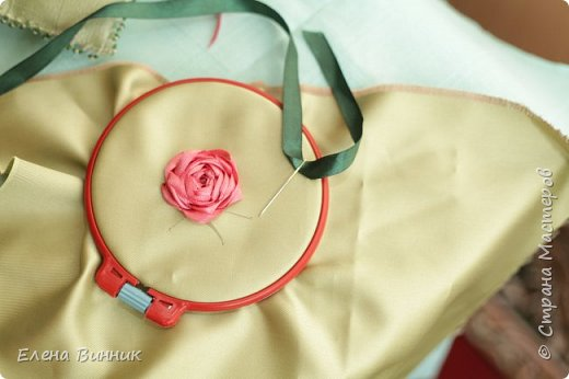 Вышивка лентами - это вид рукоделия, способ вышивания рисунка с помощью иглы и атласных лент. Этот вид рукоделия очень популярен. Я предлагаю Вам научиться вышивать розу лентами. фото 11