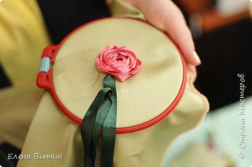 Вышивка лентами - это вид рукоделия, способ вышивания рисунка с помощью иглы и атласных лент. Этот вид рукоделия очень популярен. Я предлагаю Вам научиться вышивать розу лентами. фото 12