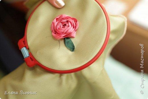 Вышивка лентами - это вид рукоделия, способ вышивания рисунка с помощью иглы и атласных лент. Этот вид рукоделия очень популярен. Я предлагаю Вам научиться вышивать розу лентами. фото 13