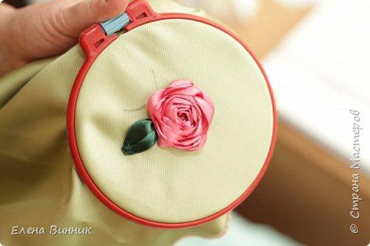 Вышивка лентами - это вид рукоделия, способ вышивания рисунка с помощью иглы и атласных лент. Этот вид рукоделия очень популярен. Я предлагаю Вам научиться вышивать розу лентами. фото 14