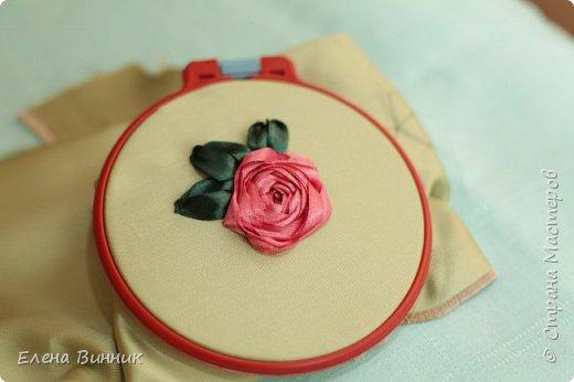 Вышивка лентами - это вид рукоделия, способ вышивания рисунка с помощью иглы и атласных лент. Этот вид рукоделия очень популярен. Я предлагаю Вам научиться вышивать розу лентами. фото 15