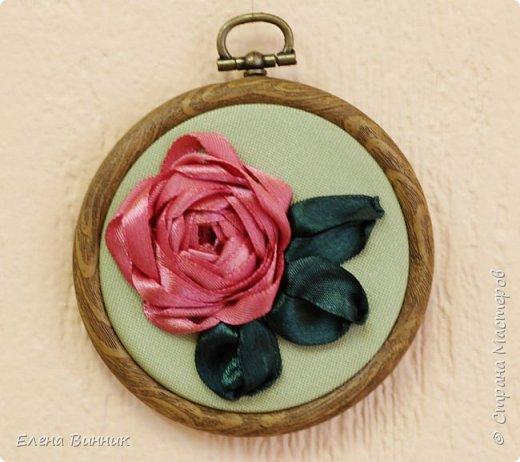 Вышивка лентами - это вид рукоделия, способ вышивания рисунка с помощью иглы и атласных лент. Этот вид рукоделия очень популярен. Я предлагаю Вам научиться вышивать розу лентами. фото 16