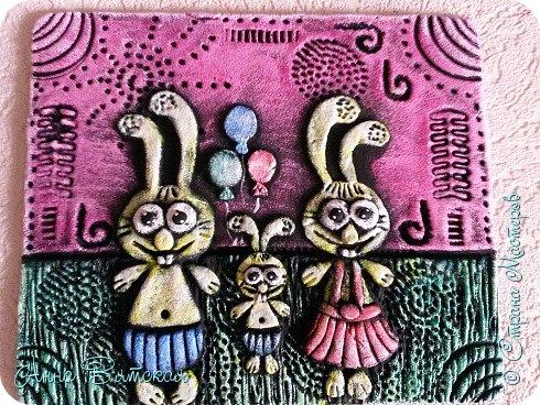 Вечер добрый)))заказали мне моих зайцев..да и не мои они даже, года два назад, когда на море были - увидела магнитики из глины с такими зайцами, запали они в душу. Давно хотела сделать, сделала дочурке на пробу в комнату на стену целый триптих)))я его уже показывала. Решила и Вам показать как я их делаю))лепили с дочей вместе))ей очень понравилось))) фото 38