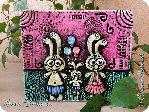 Вечер добрый)))заказали мне моих зайцев..да и не мои они даже, года два назад, когда на море были - увидела магнитики из глины с такими зайцами, запали они в душу. Давно хотела сделать, сделала дочурке на пробу в комнату на стену целый триптих)))я его уже показывала. Решила и Вам показать как я их делаю))лепили с дочей вместе))ей очень понравилось))) фото 2