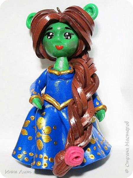 Приветствую вас,жители.Понравилось мне делать ляличек(еще в свои 53 года в куклы не наигралась) на брелочки,на подвески на детские рюкзаки.Это Фиона.Высота брелочков 6см.