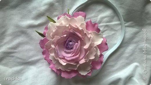 """Доброго времени суток, соседи рукодельной страны! Вот так,  с пылу -с жару, на мозолистой своей руке ;))) покажу вам цветочек нереальной красоты!))) Чур не хихикать)), нереальной потому-что таких цветов ну нет в природе)  Такой """"эндемик рукаделиус"""" расцвел на ободке-резинке для маленькой малышки в честь ее первого дня рождения! Мама малышки отправила фото платьица, из цветовой гаммы которого и отталкивалась при селекции данного цветочка!) фото 2"""