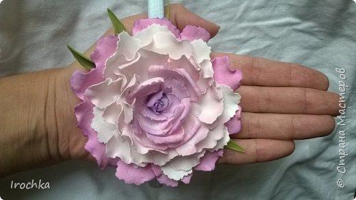 """Доброго времени суток, соседи рукодельной страны! Вот так,  с пылу -с жару, на мозолистой своей руке ;))) покажу вам цветочек нереальной красоты!))) Чур не хихикать)), нереальной потому-что таких цветов ну нет в природе)  Такой """"эндемик рукаделиус"""" расцвел на ободке-резинке для маленькой малышки в честь ее первого дня рождения! Мама малышки отправила фото платьица, из цветовой гаммы которого и отталкивалась при селекции данного цветочка!) фото 1"""