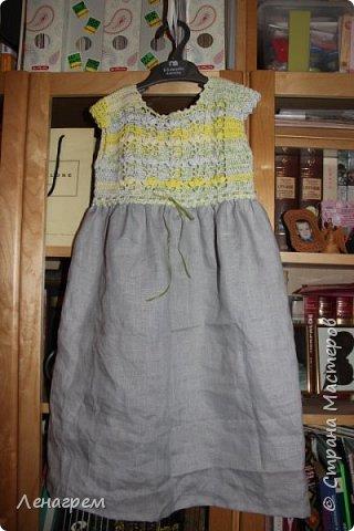 Здравствуй, страна! В подарок подружке из Страны Мастеров создалось платье для ее доченьки. Платье детское на 3 года,в работе использовались нитки хлопчатобумажные, ткань льняная. Вот что получилось в результате работы: фото 1