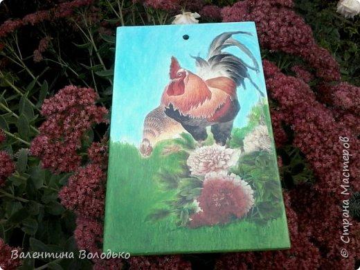 Здравствуйте дорогие друзья!!!Сделала скромный подарок жене брата.Досочка -распечатка,фон подрисовка.Петух и курица на картинке были яркие ,а фон и зелень серые.Мне захотелось сделать досочку яркой.Вот,что получилось. фото 4