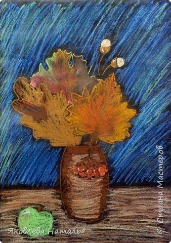 """Всем здравствуйте! Вот и началась осень, а вместе с ней и учебный год! Листая странички избранных авторов, вдохновилась у Алённы работами её учеников """"Осеннее настроение"""" http://stranamasterov.ru/node/833638 и в частности осенним натюрмортом в технике сухой пастели. Очень понравилось сочетание чёрного фона и ярких красок осени! За что ей огромное спасибо! Она, и её ученики, очень талантливые люди! В этот учебном году я буду продолжать работу с дошкольниками и этот натюрморт хочу нарисовать с детьми 5-6 лет, поэтому немного упростила и хочу поделиться своими этапами рисования. фото 18"""