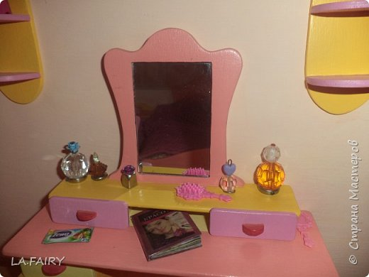 """Когда ремонт в кукольном домике закончен, а в каждой комнате достаточное количество мебели, настаёт пора обустройства уюта в каждой из комнат. Сегодня я расскажу о мелочах для полноценной кукольной жизни, тех, что я сделала для своего домика. Кукольную мебель для своего домика я мастерила из фанеры и задумала её такой, какой посчитала нужной для своих кукол - мебель получилась большая, поэтому и """"мелочёвку"""" в домик я придумывала и делала сравнительно большого размера. фото 15"""