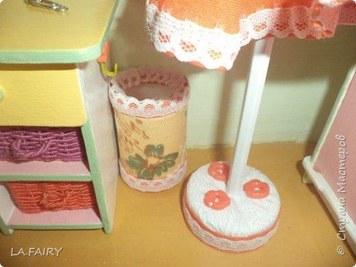 """Когда ремонт в кукольном домике закончен, а в каждой комнате достаточное количество мебели, настаёт пора обустройства уюта в каждой из комнат. Сегодня я расскажу о мелочах для полноценной кукольной жизни, тех, что я сделала для своего домика. Кукольную мебель для своего домика я мастерила из фанеры и задумала её такой, какой посчитала нужной для своих кукол - мебель получилась большая, поэтому и """"мелочёвку"""" в домик я придумывала и делала сравнительно большого размера. фото 17"""