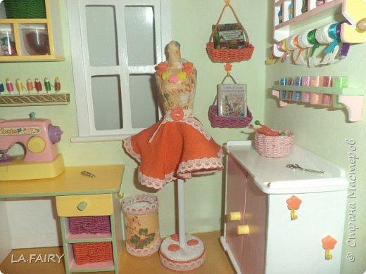 """Когда ремонт в кукольном домике закончен, а в каждой комнате достаточное количество мебели, настаёт пора обустройства уюта в каждой из комнат. Сегодня я расскажу о мелочах для полноценной кукольной жизни, тех, что я сделала для своего домика. Кукольную мебель для своего домика я мастерила из фанеры и задумала её такой, какой посчитала нужной для своих кукол - мебель получилась большая, поэтому и """"мелочёвку"""" в домик я придумывала и делала сравнительно большого размера. фото 16"""