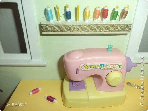 """Когда ремонт в кукольном домике закончен, а в каждой комнате достаточное количество мебели, настаёт пора обустройства уюта в каждой из комнат. Сегодня я расскажу о мелочах для полноценной кукольной жизни, тех, что я сделала для своего домика. Кукольную мебель для своего домика я мастерила из фанеры и задумала её такой, какой посчитала нужной для своих кукол - мебель получилась большая, поэтому и """"мелочёвку"""" в домик я придумывала и делала сравнительно большого размера. фото 18"""