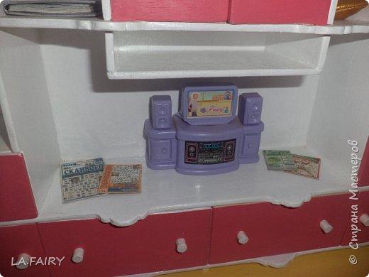 """Когда ремонт в кукольном домике закончен, а в каждой комнате достаточное количество мебели, настаёт пора обустройства уюта в каждой из комнат. Сегодня я расскажу о мелочах для полноценной кукольной жизни, тех, что я сделала для своего домика. Кукольную мебель для своего домика я мастерила из фанеры и задумала её такой, какой посчитала нужной для своих кукол - мебель получилась большая, поэтому и """"мелочёвку"""" в домик я придумывала и делала сравнительно большого размера. фото 3"""
